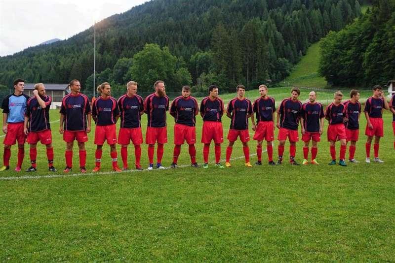 Traditionelles Fußballspiel Gäste gegen Einheimische