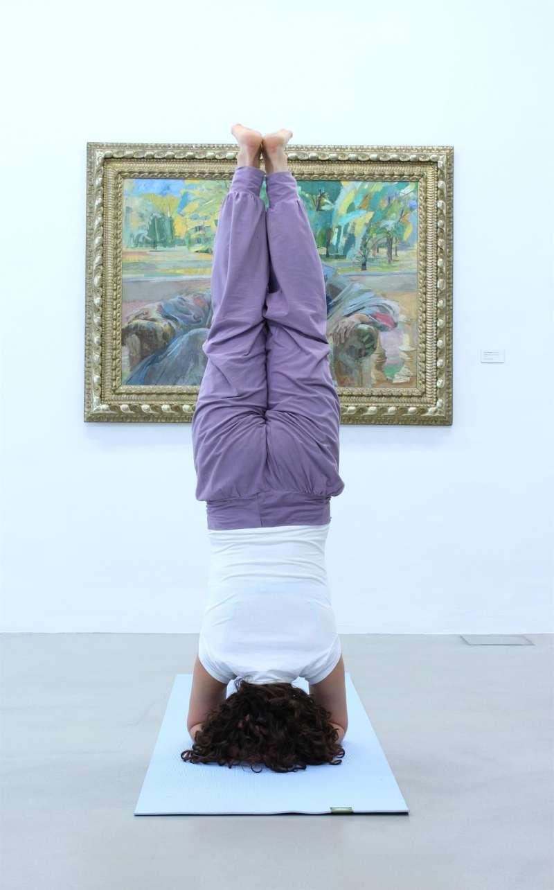 Kopfüber im Museum - Kunst trifft Yoga